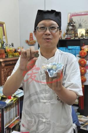 王忠文道长观察刘女士所卜到的卦,虽然丈夫在外有桃花,但两人的婚姻还可继续维持下去,因此给于建议助她挽救婚姻。