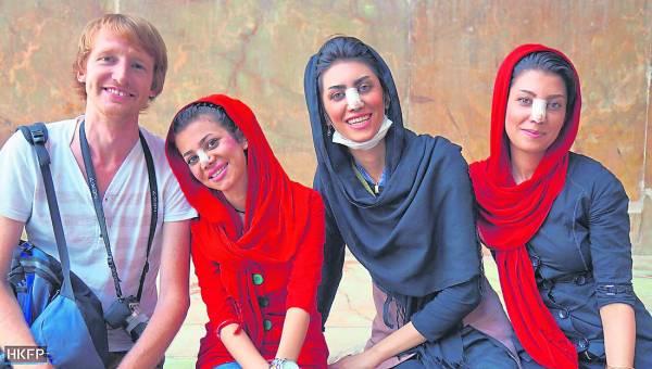 通常,女生整容都不希望被别人知道,但在伊朗,女生隆鼻后,最喜欢贴着绷带到处走,对她们而言,这是一种荣耀。