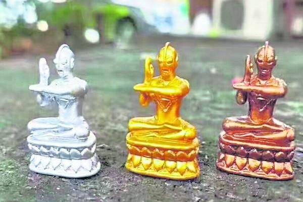 咸蛋超人小塑像有分金、银、铜,可供奉及放置在车上、店内或办公室。