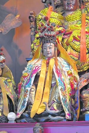 罗钦师专门请大陆籍雕刻师临摹白娘娘的样貌,雕刻出这尊象征白素贞的神像。