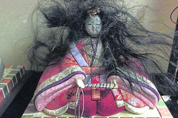 记者用一个普通娃娃,加上特效,当成女灵童来卖,很快就有人询问。