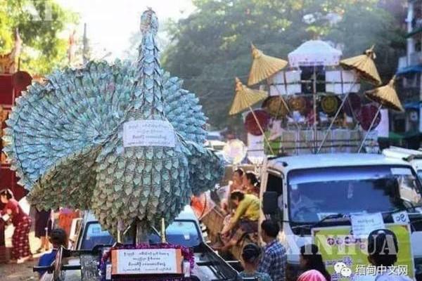 土豪式的仙鹤来啦!跟着布施车队,在街上游行,增添热闹气氛。