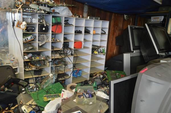 桌面上的电板、螺丝、各类零件堆积如山。