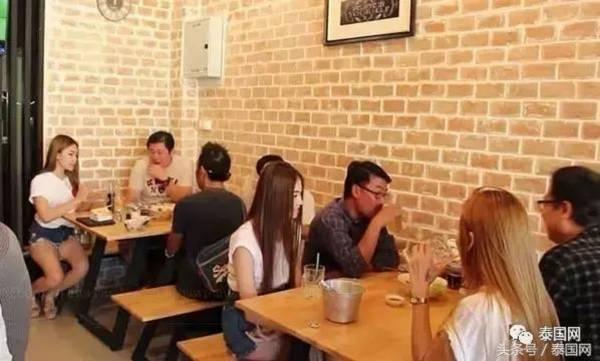 吃顿饭有辣妹美女相陪,一个早餐会不会吃上两小时?