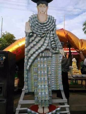 """用真钞票制成的佛像:迦提节日的布施活动,越来越有""""土豪""""气势。"""
