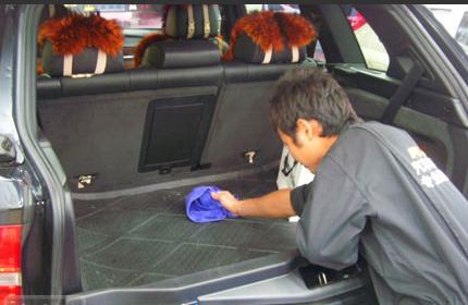 一位网友就分享了一个小妙招来解决车子里出现蟑螂的问题。