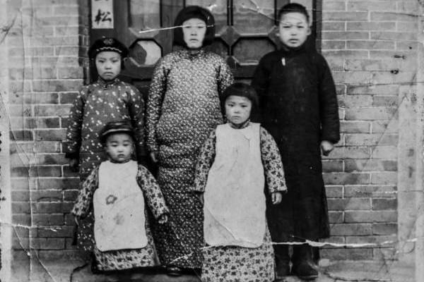 个子最高的两个小孩分别为徐爱华(左)和徐广余(右) 。