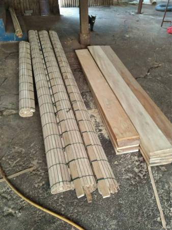 编织好的木帘两边必须锯平,再打磨,工序繁缛。