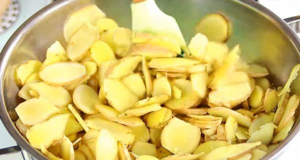 把姜片倒入锅内,开中大火,拌炒2分钟。