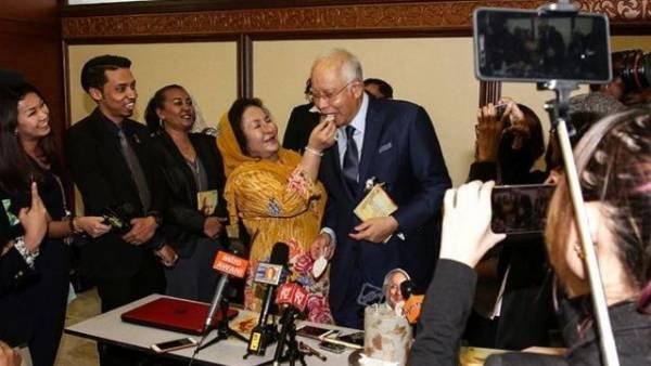 纳吉庆祝65岁生日,罗斯玛甜蜜地亲手喂蛋糕,两人在公开场合大秀恩爱。