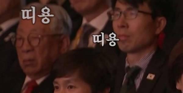 被媒体捕捉到表情木然的韩国官员们。