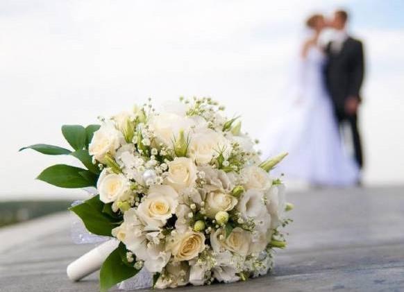 师太作法帮Jane从第三者手中拉回Jack的心,两人终于重修旧好,开心办婚礼。