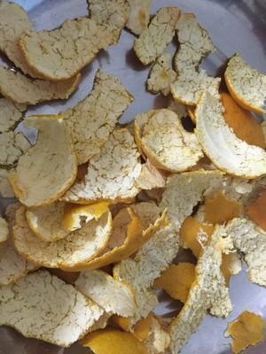 首先,将剥开的橘子皮泡水,用一点盐浸泡,最好泡隔夜,然后才进入制作过程。