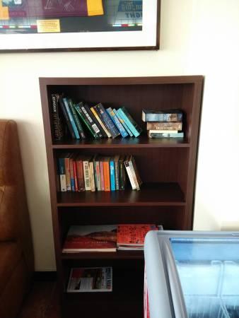 """一些酒店也设有免费的""""漂书""""点,随意拿走书,也可以随意留下书。"""