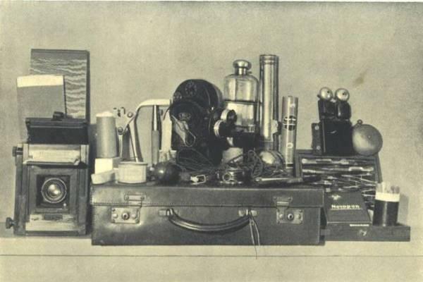 哈里皮尔斯的捉鬼工具箱,包括摄影机、密封窗门的工具、胶纸、收集指模用的粉末、电子控制仪、画具、水银等等。