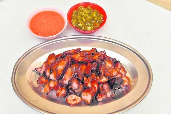 胡师父用60年的家传秘方制作的叉烧,可说是肉质鲜嫩,让人吃了还想再吃。