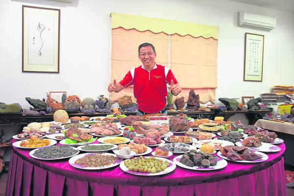 """戴文华的这桌 """"奇石宴""""都是未经丝毫人工雕琢的石头,维妙维肖,几可乱真。叫看客看得口水直流!"""