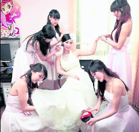"""结婚本来是开心事,但是中国的兄弟团却频发生""""残害""""伴娘事件,如施咸猪手、灌酒导致伴娘丧命,甚至还发生伴娘坠楼身亡事件。"""