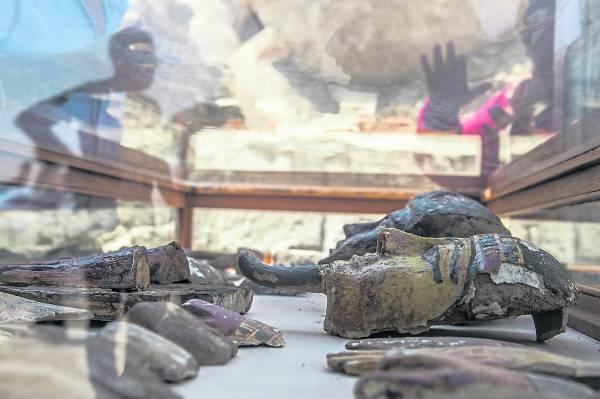 今次起出大批祭葬面具、石棺、彩陶人物雕像,以至首饰珠宝等陪葬品,纹理及图案仍清晰可见。