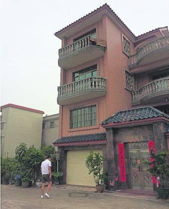 广东一名伴娘因兄弟团冲入,而不慎从新娘家四楼阳台坠下身亡。