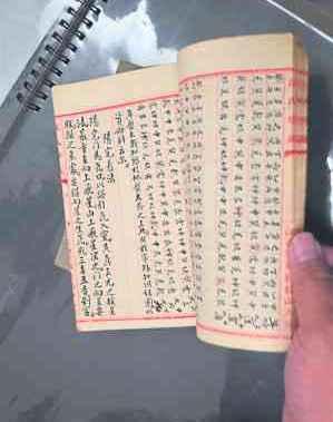 自幼学佛学武的陈雪涛老师,其画作精工细作,记者访问时,他还展示珍藏多年且价值连城的风水古籍。