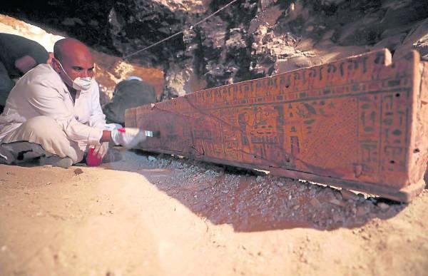 虽然相距数千年,但棺木上的图案仍清晰可见。