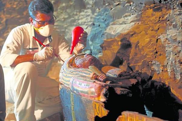 考古团队小心翼翼的研究每件古迹,揭开他们生前死后的故事。