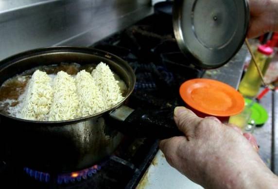 煮面期间不断摇动小锅,使滚水进入面条间,取代用筷子弄散面条的动作。