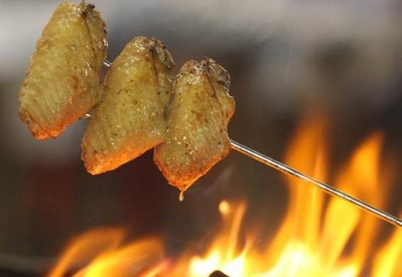 鸡翅膀要先挑皮插入、再挑肉插到最入位置。