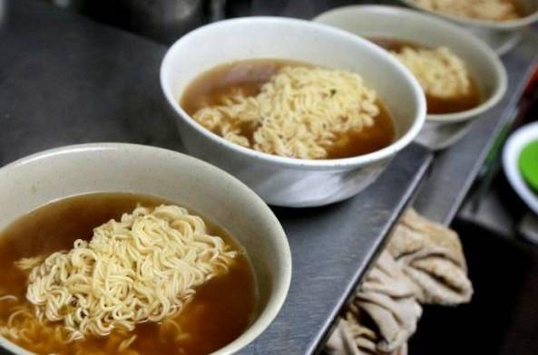 一碗一碗热腾腾,准备上桌的快熟面。