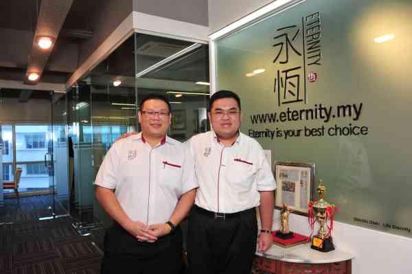 (左)永恆集团董事经理李锦兴,(右)永恆集团创办人拿督罗国文。
