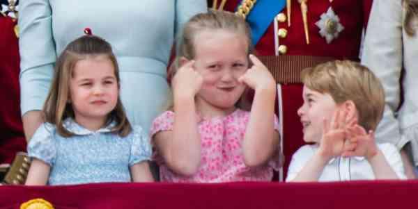 即使被表姐萨凡纳捂脸恶搞,乔治小王子还是笑脸相对。