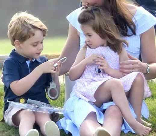 除了表姐,乔治小王子也非常疼爱妹妹夏洛克,也会在她面前展示笑容哦!