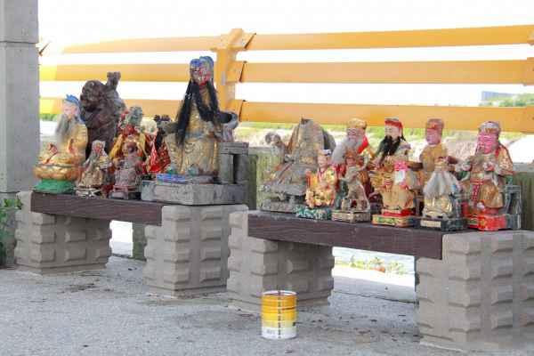请把这些神像送到庙宇供奉。