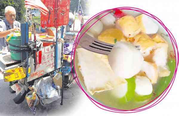 杨亚历骑着摩哆车过大桥售卖客家传统酿豆腐56年,风雨不改。