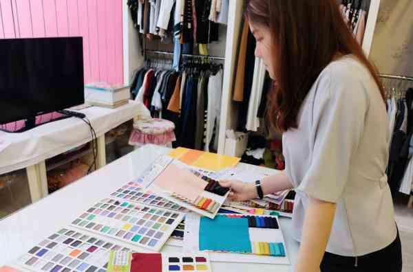 Joey会选择适合当季最流行的颜色和画图设计服装。