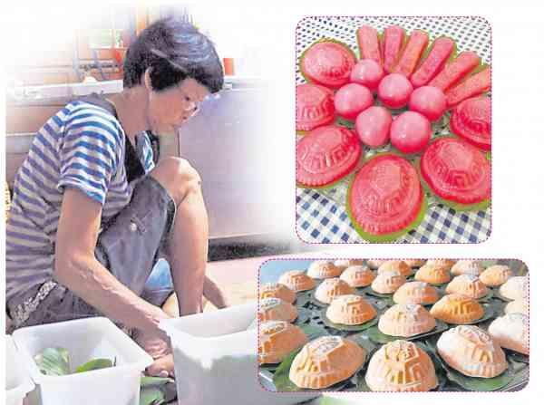 陈桂珠一丝不苟地清理香蕉叶后,剪成小块充作红龟糕的垫子。