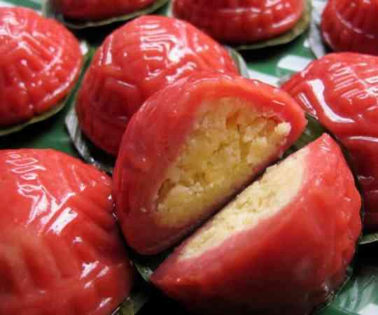 """素有""""糕粿之王""""称号的红龟糕,外皮Q弹,馅料饱满,并且散发着独有香气,让人垂涎。"""
