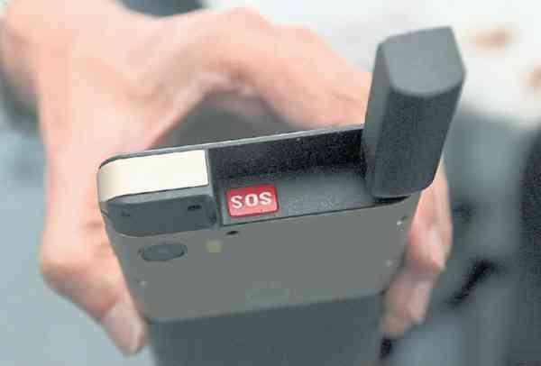 手机配备了一颗SOS按钮,在极限环境下遇到危险按下后,便会通过卫星向GEOS全球应急响应中心发送求救信号,并自动发送所在位置。