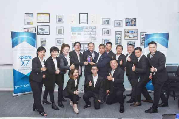 Advance tc董事洪协光协和苗大是(左四和左五)跟团队对卫星手机雄心万丈。
