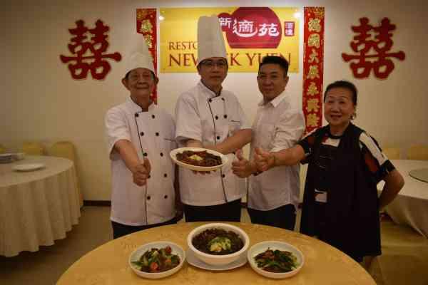 新适苑董事彭兆龙(右二)和堂弟彭健昌(左二)与彭炎发(左)和陈华英一起推广精彩的粤菜文化。