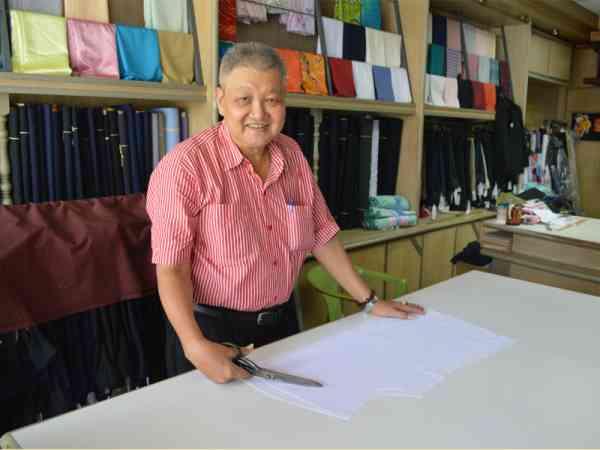 韩勇贺投身裁缝业40多年,也见证了这行的兴与衰。