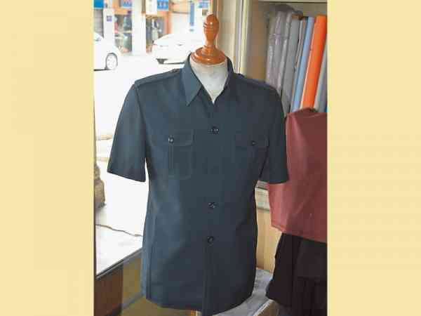 缝制男装制服的尺寸,必须严谨拿捏,对比必须整齐划一。