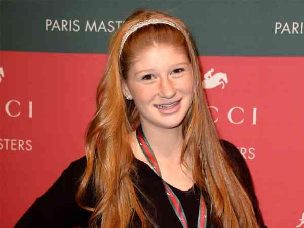 盖茨的大女儿珍妮弗·盖茨(Jennifer Gates)今年22 岁,她是一位学霸,还爱好马术运动。