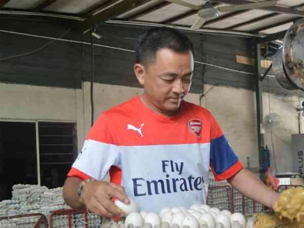 继承三代老祖业的陈瑞励开始忙着腌制咸鸭蛋,不单是为了市场需求,更多的是传承着祖业三代的乡情味。