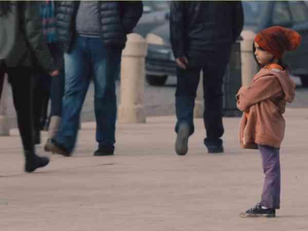 穿着肮脏的小女孩,甚至没有人愿意看她一眼。