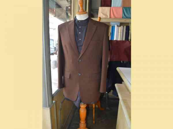 缝制西装外套特别讲究细腻裁剪技术,才能体现一个人的端庄形象。