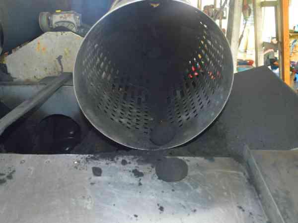 腌制过程3:从机器滚出来的鸭蛋已沾满黑色的焦稻壳。