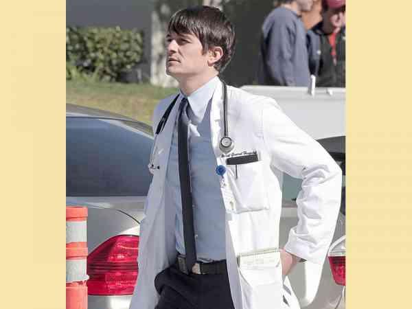 曾有一个实验,让两名名医生分别穿普通衣服及白大褂挂诊,结果穿白大褂的医生更容易获得病患的信任及好评。