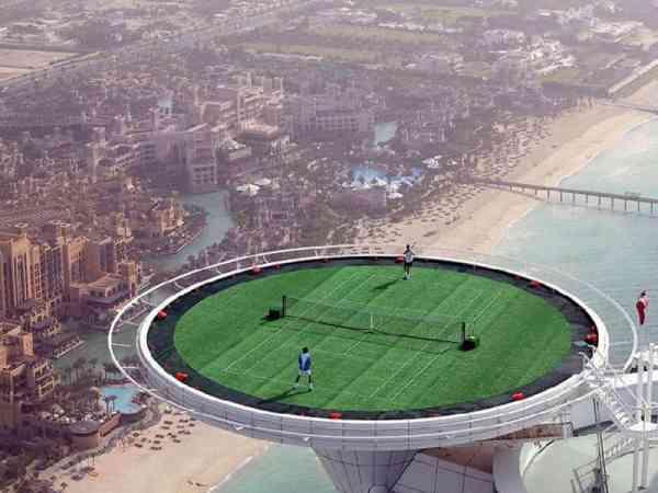 史上最高的网球场,对打时千万注意别摔下去了。